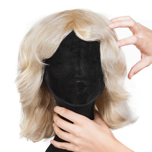 Perücken stylen: Haare mit den Fingern glattstreichen